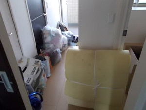 伊丹市中山で掃除機、机、衣類など回収のビフォー写真2