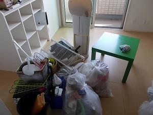 伊丹市中山で掃除機、机、衣類など回収のビフォー写真1